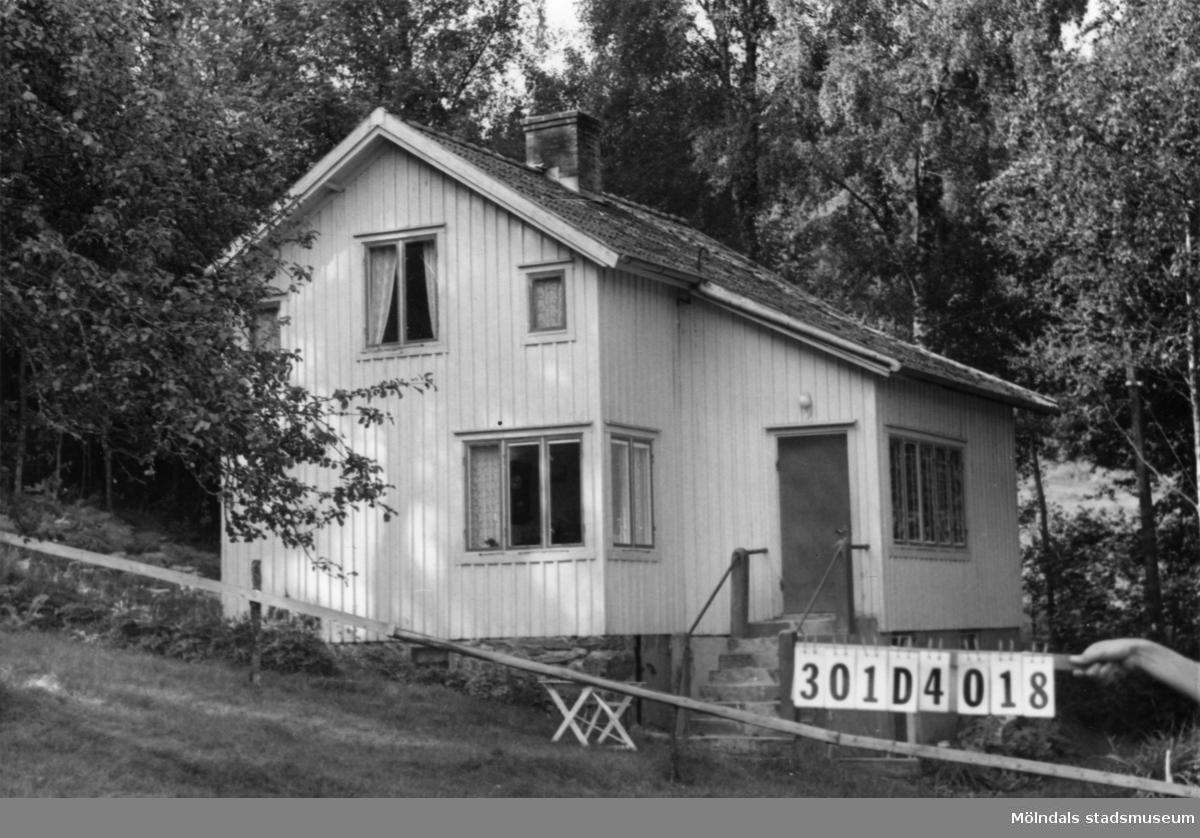 Byggnadsinventering i Lindome 1968. Inseros 1:3. Hus nr: 301D4018. Benämning: två permanenta bostäder, fritidshus och ladugård. Kvalitet, bostadshus och ladugård: god. Kvalitet: fritidshus: mindre god. Material, bostadshus: det ena eternit, det andra trä. Material, fritidshus och ladugård: trä. Tillfartsväg: framkomlig. Renhållning: soptömning. Se KM2007:0448 för det andra bostadshuset. Se KM2007:0450 för fritidshuset.