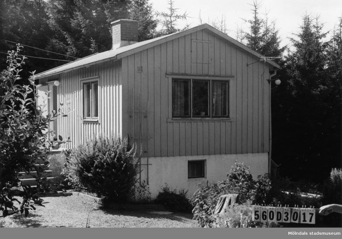 Byggnadsinventering i Lindome 1968. Gastorp 1:54. Hus nr: 560D3017. Benämning: fritidshus och redskapsbod. Kvalitet: god. Material: trä. Tillfartsväg: framkomlig. Renhållning: soptömning.