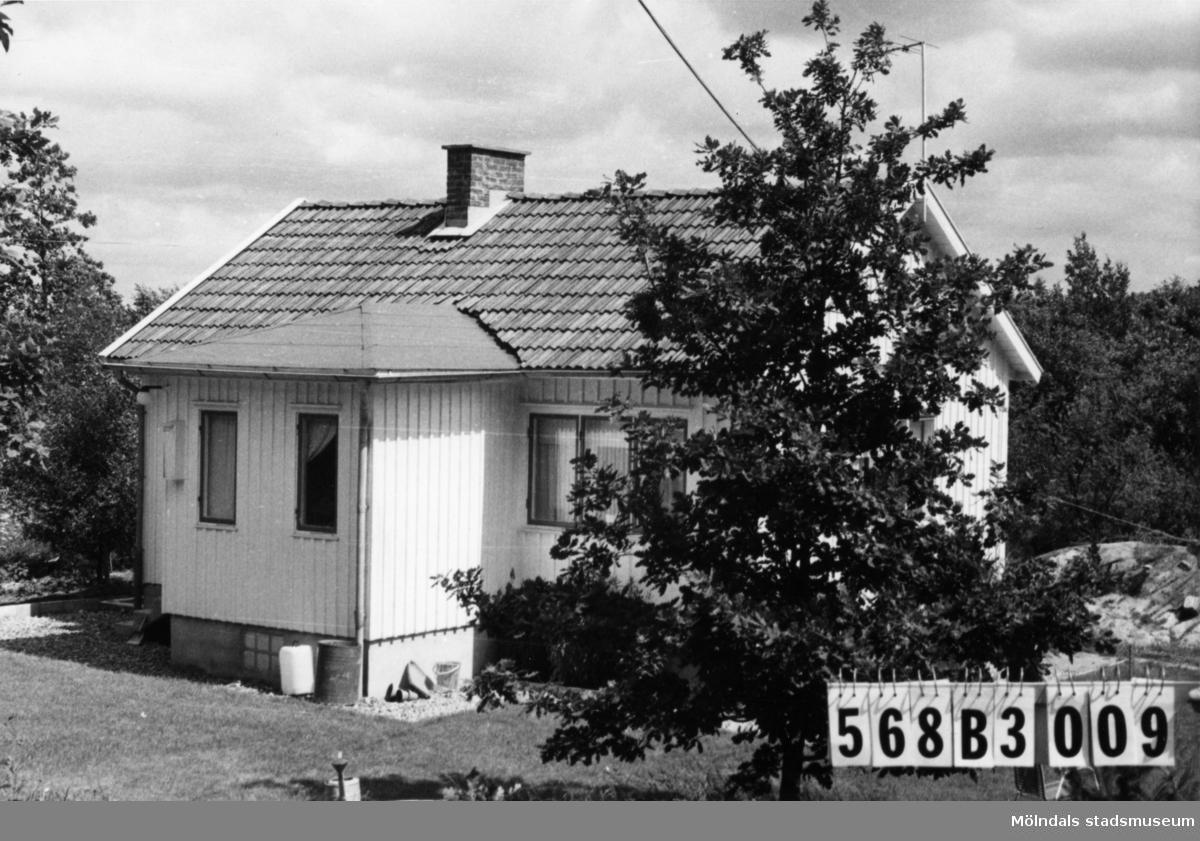 Byggnadsinventering i Lindome 1968. Skäggered 1:23. Hus nr: 568B3009. Benämning: permanent bostad, redskapsbod och arbetsbyscha. Kvalitet, bostadshus och redskapsbod: god. Kvalitet, arbetsbyscha: mycket god. Material: trä. Övrigt: byschan ska flyttas. Tillfartsväg: framkomlig. Renhållning: soptömning.