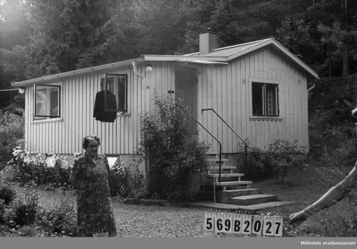 Byggnadsinventering i Lindome 1968. Gastorp 3:54. Hus nr: 569B2027. Benämning: fritidshus och redskapsbod. Kvalitet, fritidshus: god. Kvalitet, redskapsbod: mindre god. Material: trä. Tillfartsväg: framkomlig. Renhållning: soptömning.