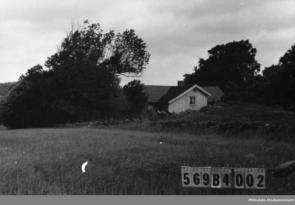 Byggnadsinventering i Lindome 1968. Fågelsten 1:5. Hus nr: 569B4002. Benämning: permanent bostad och ladugård. Kvalitet, bostadshus: mindre god. Kvalitet, ladugård: dålig. Material: trä. Tillfartsväg: framkomlig.
