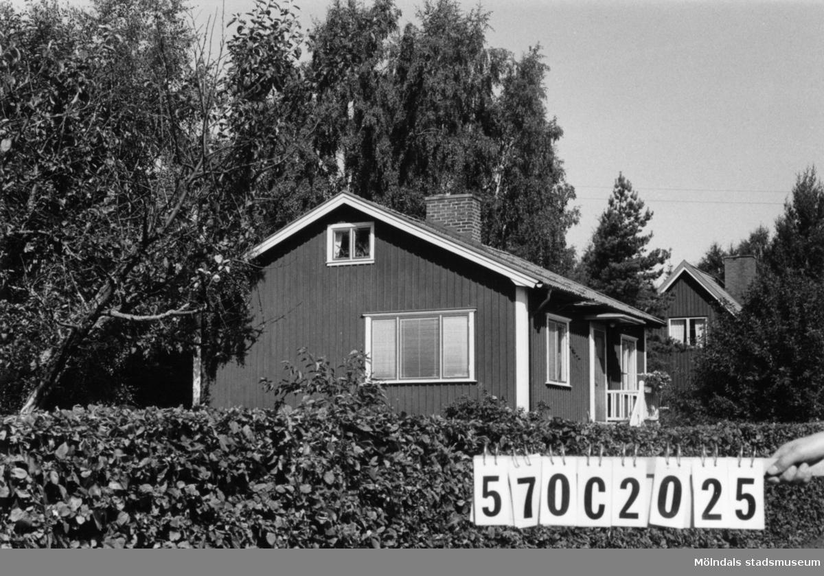 Byggnadsinventering i Lindome 1968. Dvärred 2:39. Hus nr: 570C2025. Benämning: permanent bostad, redskapsbod och garage. Kvalitet, bostadshus: mycket god. Kvalitet, garage: god. Kvalitet, redskapsbod: mindre god. Material: trä. Tillfartsväg: framkomlig. Renhållning: soptömning.