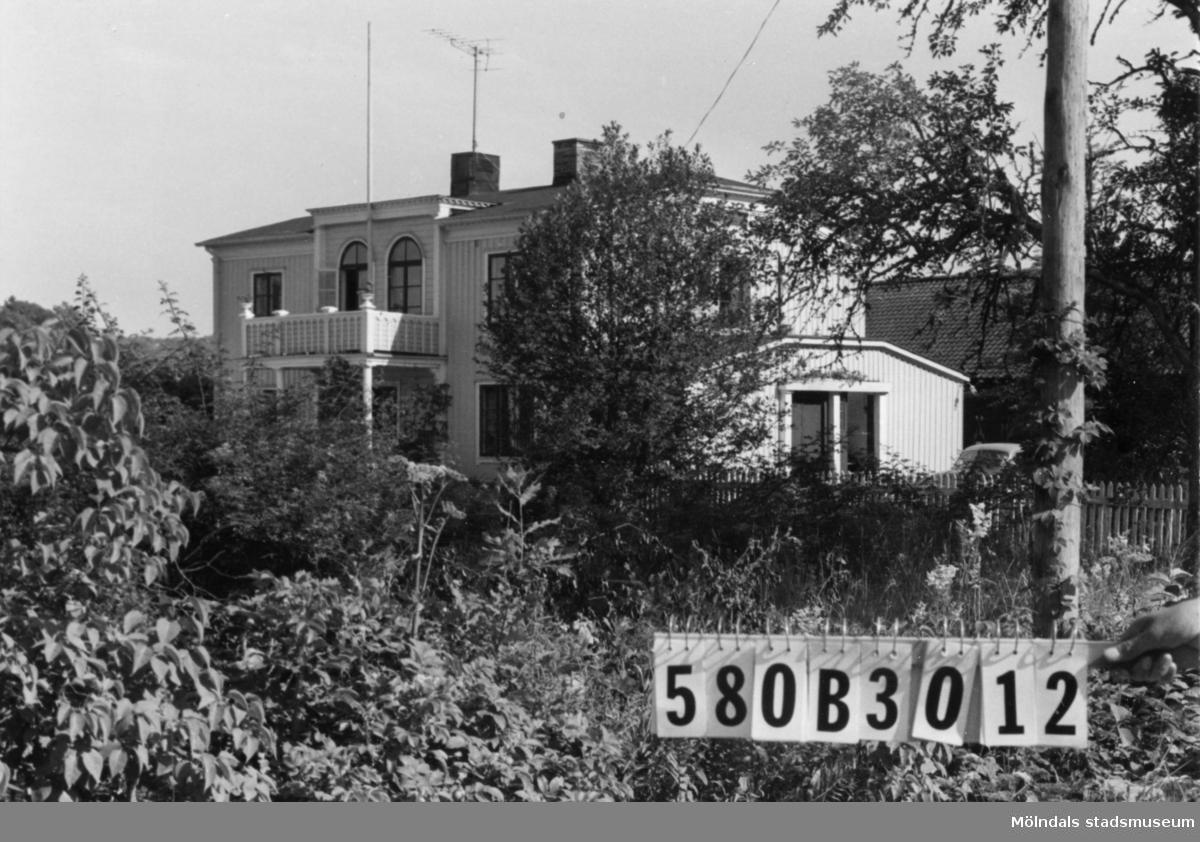 Byggnadsinventering i Lindome 1968. Knipered 4:2. Hus nr: 580B3012. Benämning: permanent bostad, ladugård och två redskapsbodar. Kvalitet, bostadshus: mycket god. Kvalitet, ladugård: god. Kvalitet, redskapsbodar: mindre god. Material: trä. Tillfartsväg: framkomlig.