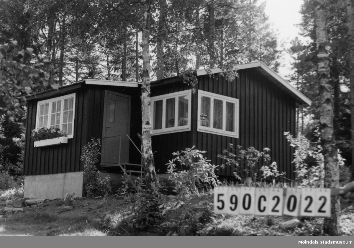 Byggnadsinventering i Lindome 1968. Hällesåker 3:42. Hus nr: 590C2022. Benämning: fritidshus och redskapsbod. Kvalitet, bostadshus: god. Kvalitet, redskapsbod: mindre god. Material, bostadshus: trä, masonite. Material, redskapsbod: trä. Tillfartsväg: framkomlig. Renhållning: soptömning.