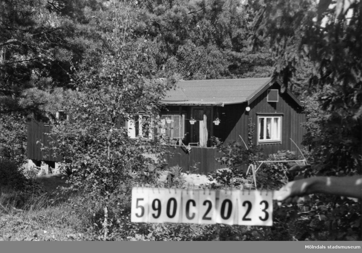 Byggnadsinventering i Lindome 1968. Hällesåker 3:47. Hus nr: 590C2023. Benämning: fritidshus och redskapsbod. Kvalitet, bostadshus: god. Kvalitet, redskapsbod: mindre god. Material, bostadshus: trä, masonite. Material, redskapsbod: trä. Tillfartsväg: framkomlig. Renhållning: soptömning.