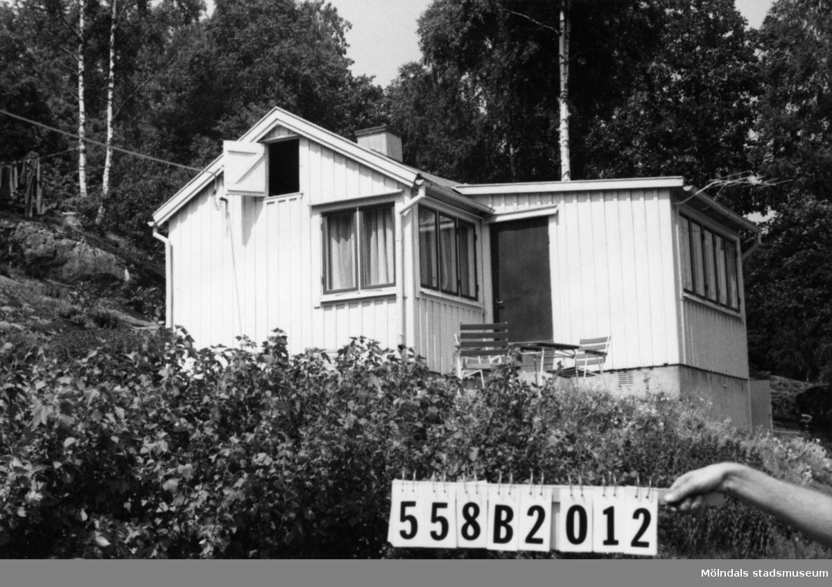 Byggnadsinventering i Lindome 1968. Kimmersbo 1:15. Hus nr: 558B2012. Benämning: fritidshus och redskapsbod. Kvalitet: god. Material: trä. Tillfartsväg: framkomlig.