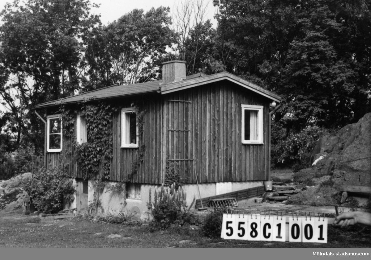 Byggnadsinventering i Lindome 1968. Långås 1:15. Hus nr: 558C1001.Benämning: fritidshus, gäststuga och redskapsbod. Kvalitet, bostadshus och gäststuga: god. Kvalitet, redskapsbod: mindre god. Material: trä. Övrigt: ej synligt från Sandsjön. Tillfartsväg: framkomlig.