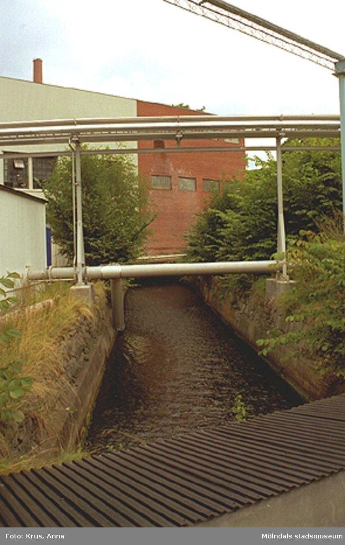 Papyrus fabriksbyggnader och forsen/ån (Mölndalsfallen) som går genom Forsåker och fabriken (Forsåker 1:25).