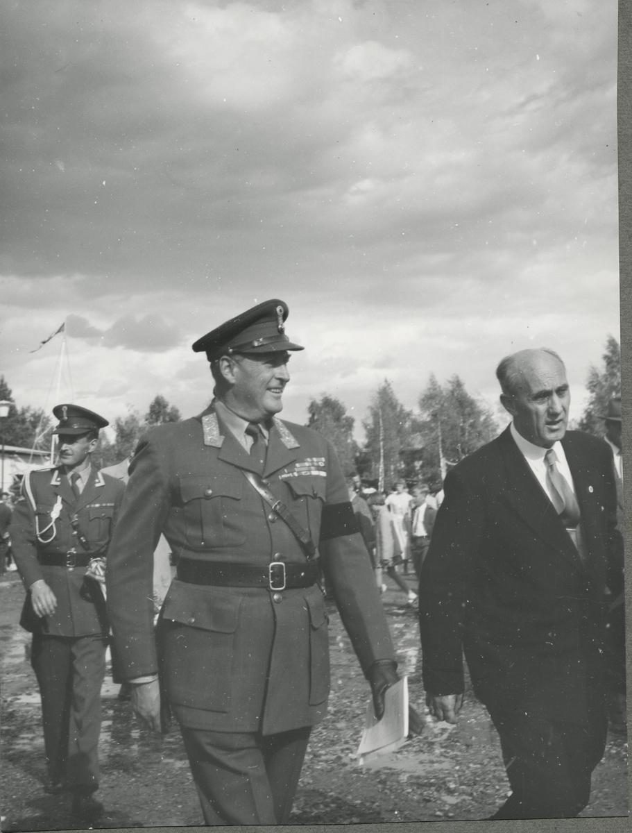 Kong Olav og ordfører Kristian Haugen på vei inn i kirken. 1958.