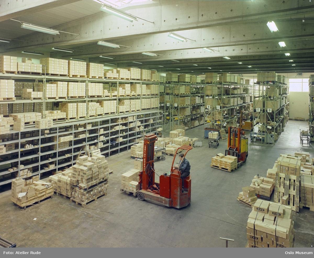Fonas fabrikker, interiør, lager, hyller, varer, truck, menn