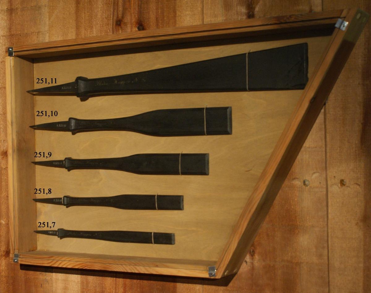 Blockmakarehuggjärn. Timmermans- och Blockamakareverktyg modeller av trä, svartmålade, samt spik för örlogsvarvet i Karlskrona år 1829.