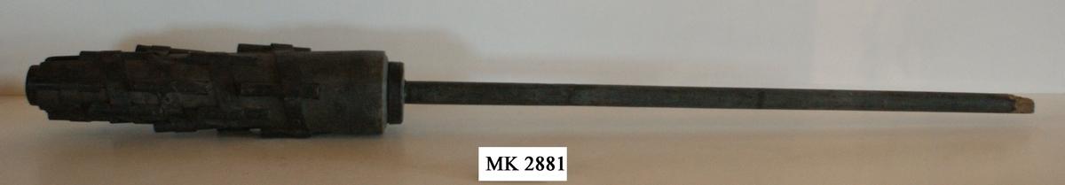 Pusikan eller fyrlans. Material: trä med järnbeslag. Kontruktion liknande Nr 2882. Hör samman med mordslag MM 3192