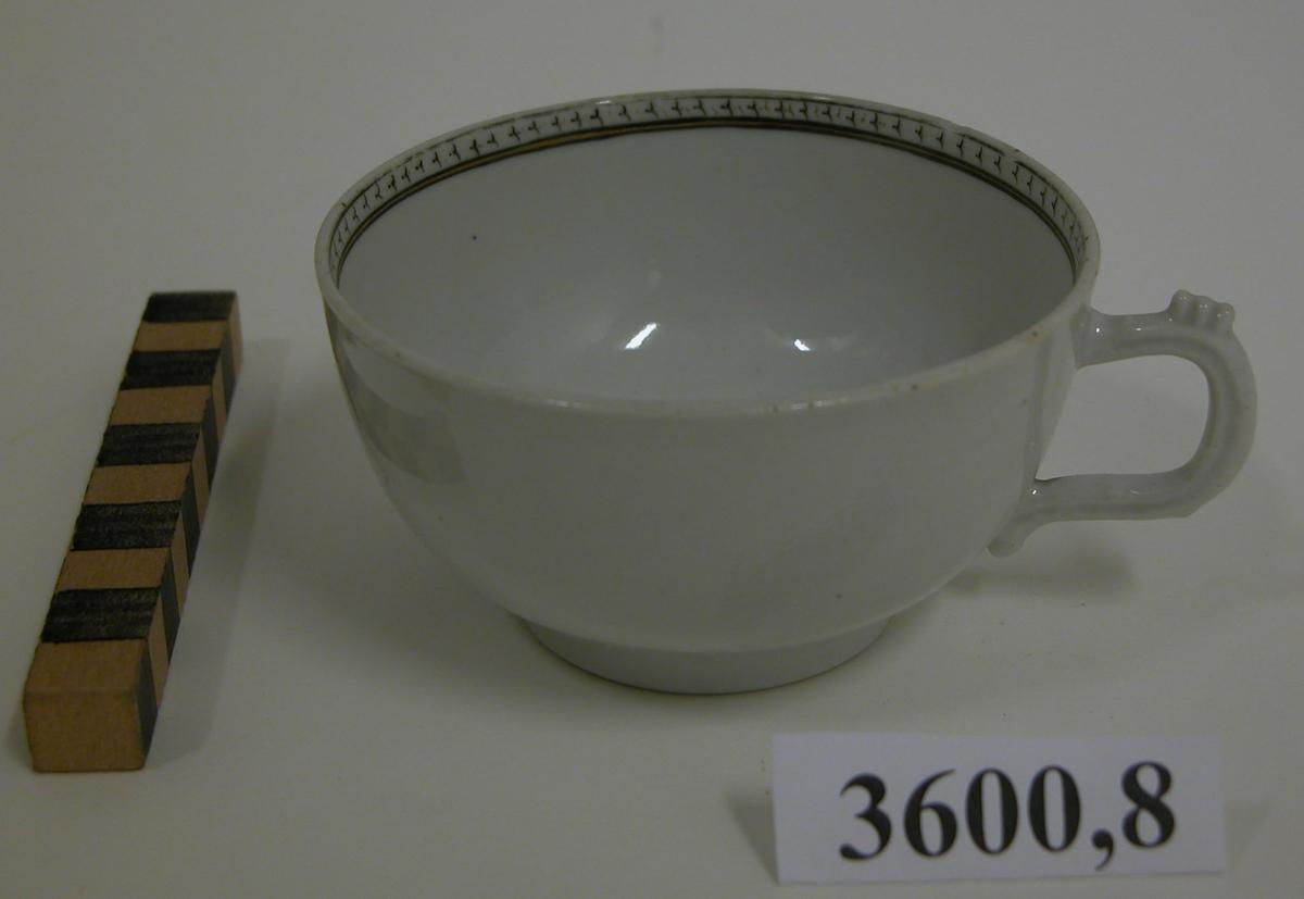 Kaffekopp med hänkel. Tillkom år 1933 genom köp å antikvitetsauktion i Stockholm (från Svensk - Franska konstgalleriet Stockholm) Pris 610 kronor.