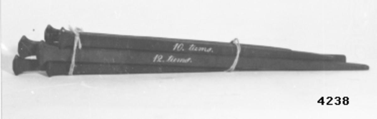 """Spik, modell av trä, svartmålad, till ekspik av järn. 1 st 7"""". Märk: 7 tums."""