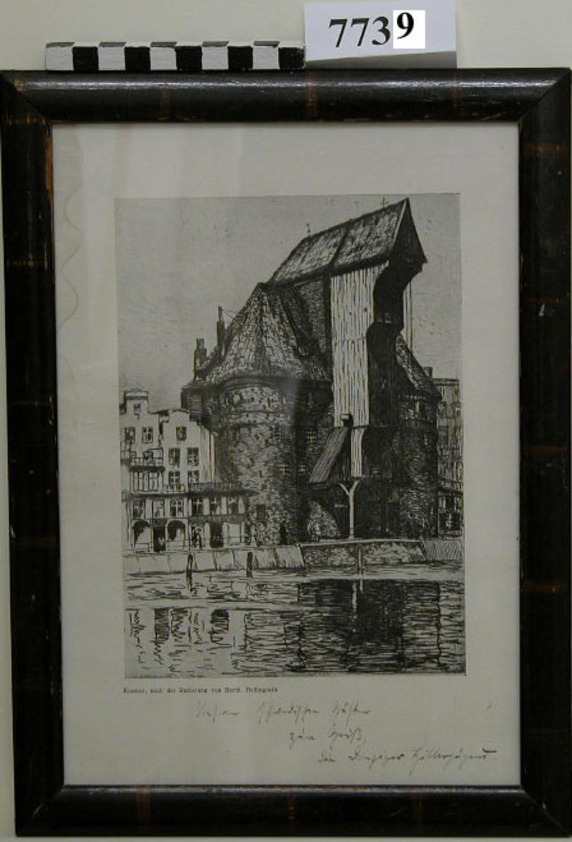Visar krantorn i Danzig efter kolteckning av von Berth Hellingrath. Försett med tysk ej läslig text. Inom glas och ram. Ramen av trä, polerad i mörkbrunt.