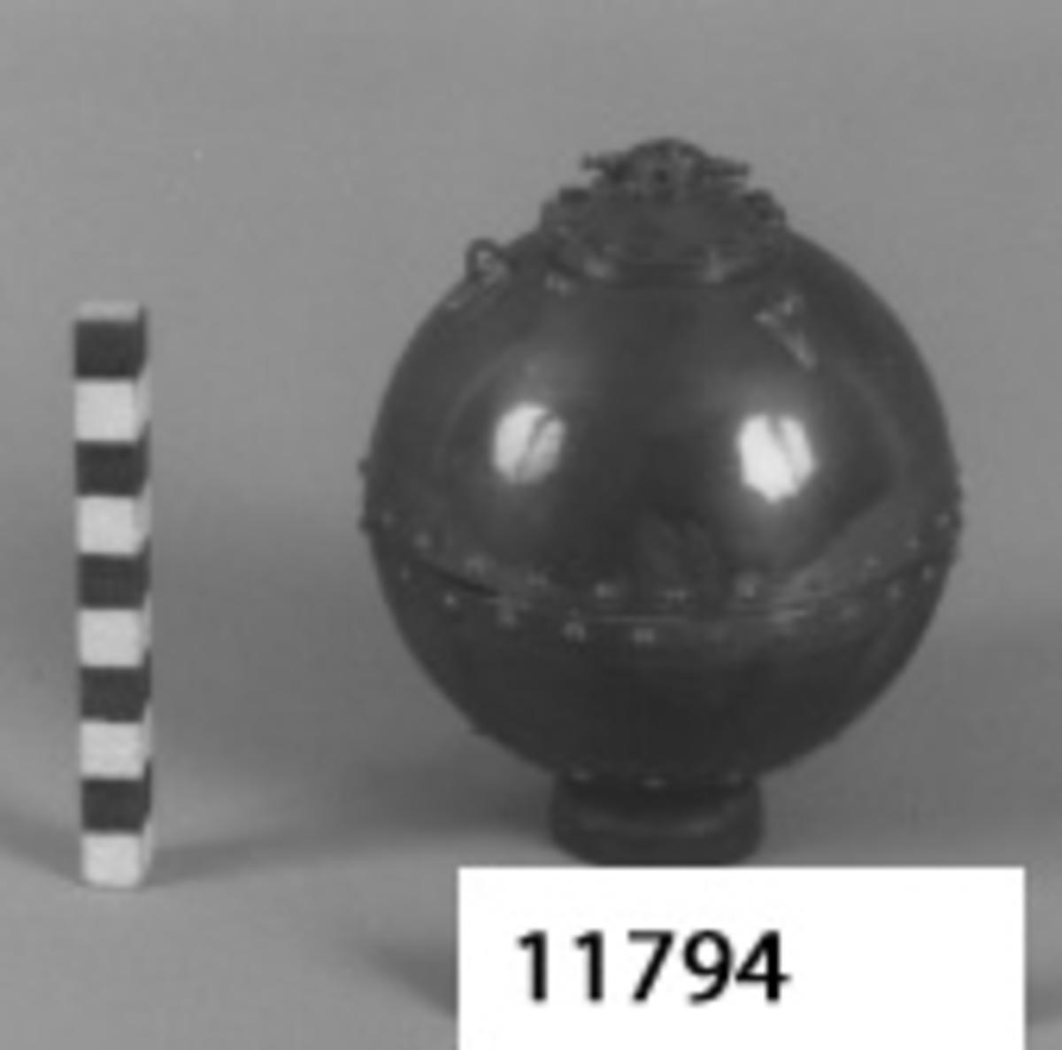 Modell av koppar föreställande stötmina. Klotformad. samt nitad. Koppartråd är fäst i ett ankare av trä.
