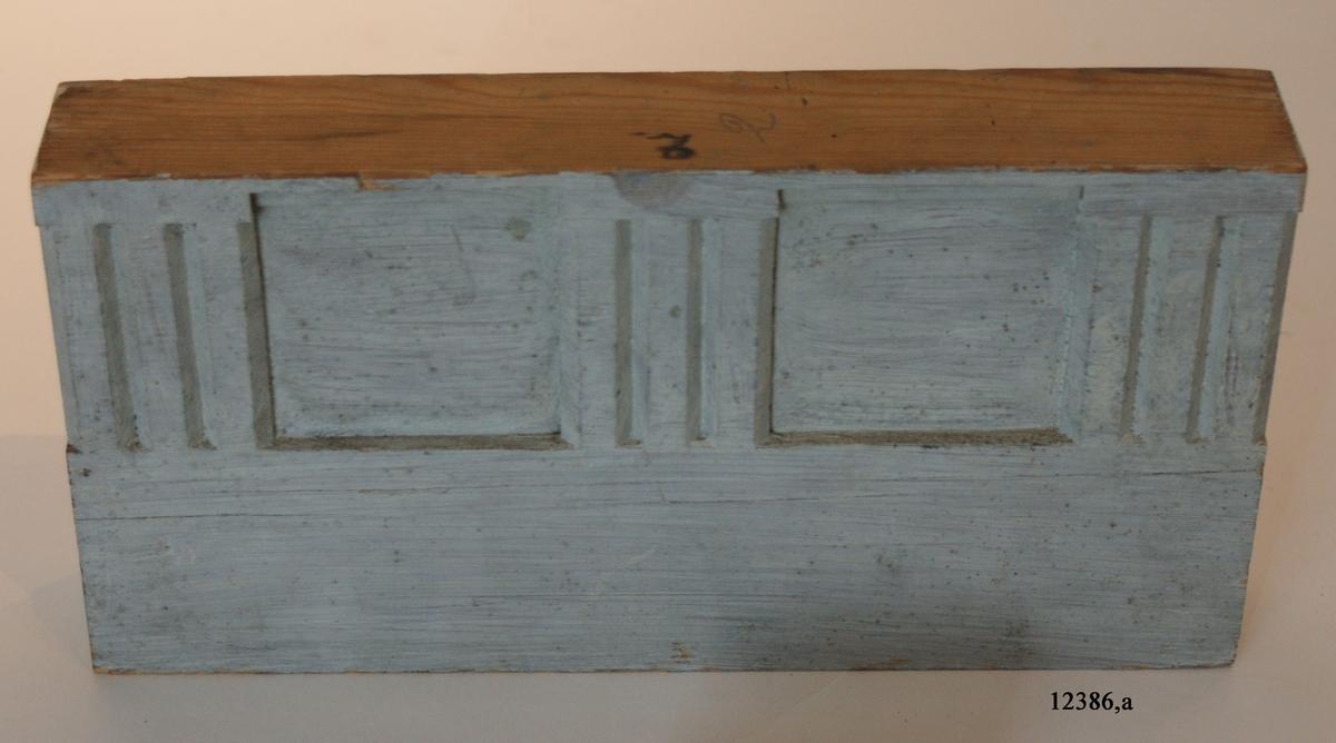 Entablement, bjälklag, utan fronton. Målad i gråvitt. Samtliga modeller har i stort sett samma utseende med undantag för c, som har rikare fasadutsmyckning och på baksidan ett monogram ( se foto ) ritat i krita med årtalet 1787. Baksidan även tidigare märkning: 2244:2.