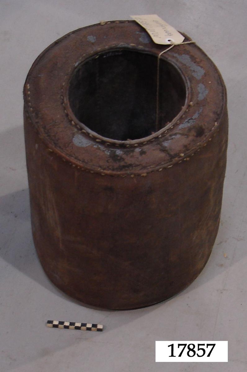 Cylinderformad dyna sydd som ett rör, med ut-och insida av hela stycken, sydda samman med de cirkelformade sidorna. Hårt stoppad. Diametermåtten avser inner- och yttermått.