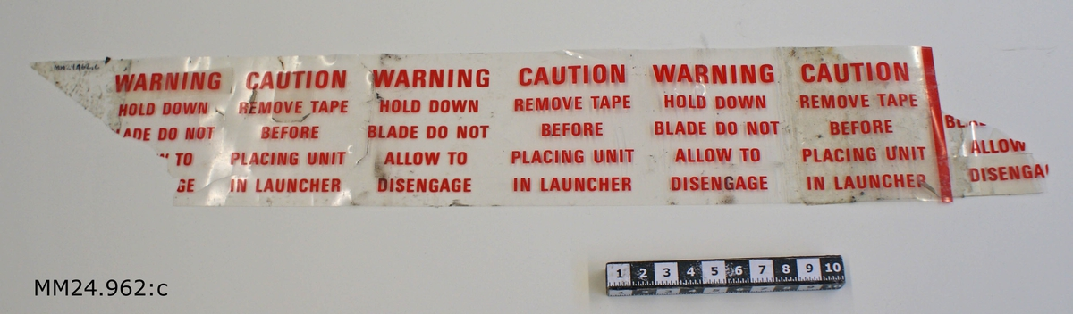 Genomskinlig tejpremsa med röd text längs hela.
