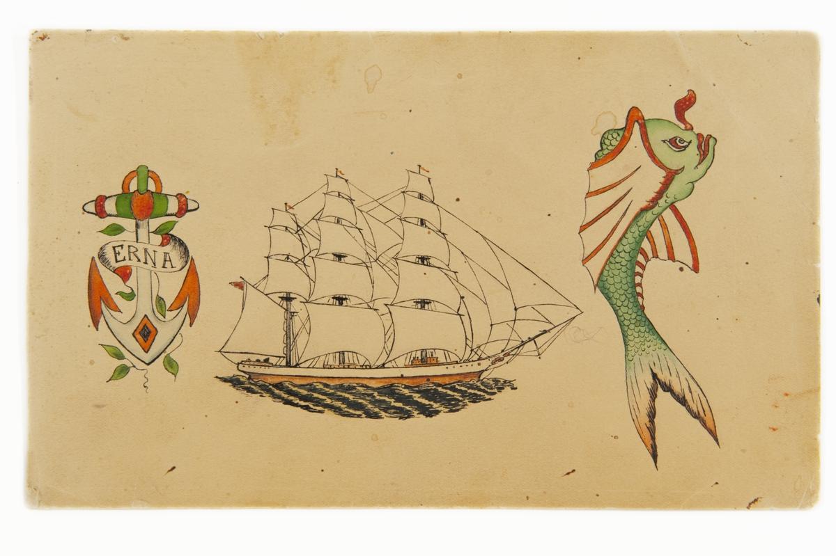 """Tatueringsförlaga. Tre olika motiv. 1. Ett ankare dekorerat med blad och en banderoll med påskriften """"ERNA"""". 2. Ett tremastat segelfartyg i profil. 3. En grön fisk med rödvita fenor.  1) """"I den kristna symbolvärlden tolkas ofta ankaret som en symbol för hopp. Det är också en tydlig symbol för den maritima världen och anses vara en av de äldsta sjömanssymbolerna. Erna är ett namn som förekommer bland många av Sjöhistoriska museets tatueringsförlagor. Vi vet inte vem Erna var. Det kan ha varit ett båtnamn. Troligen var det ett exempel, man fick välja ett annat namn på själva tatueringen.""""  3) """"Fisken kan vara ett motiv som är lånat från den japanska bildtraditionen. Det är oklart om fisken hade någon speciell innebörd. Möjligen kan det vara en förvrängd bild av en karp. I Japan symboliserade karpen rikedom, lycka och välgång. I Sverige blev den ett exotiskt motiv.""""  Text från appen """"Tatuera dig med Sjöhistoriska"""" som gjordes i samband med utställningen Tro, hopp och kärlek 2012."""