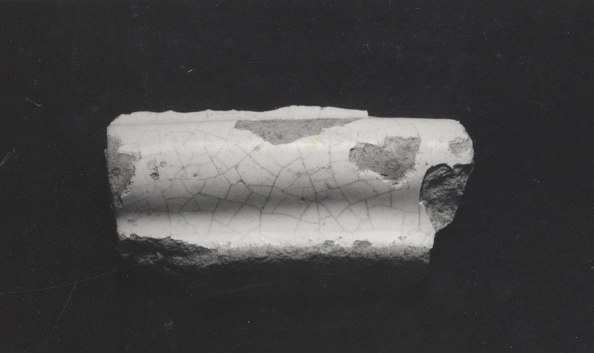 Fragment av skål: kant och bottenbit.