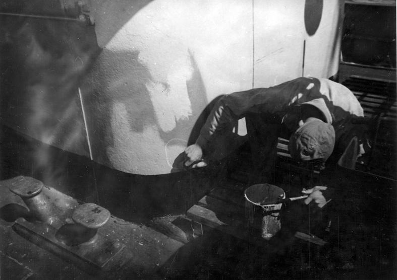 Göteborgs Örlogsdepå. HM Hjvb 384. Chefens kajuta målas. Fil lic Gunnar Jonssons undersökningsresa till västkusten juni 1940. 112.