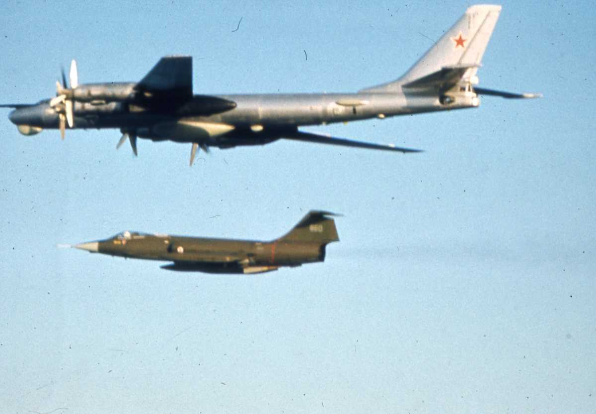 Russisk fly av typen Bear D og under en norsk CF-104G Starfighter.