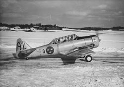 Flygplan SK 16 med besättning på väg på landningsbana på F 8