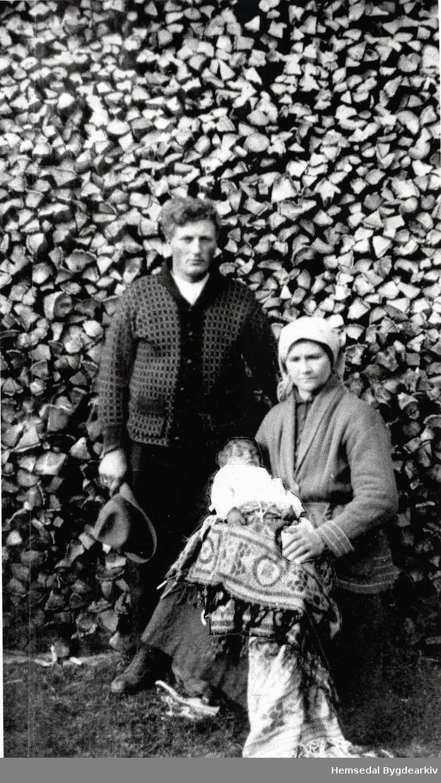 Svein og Kari Halbjørhus med Knut.
