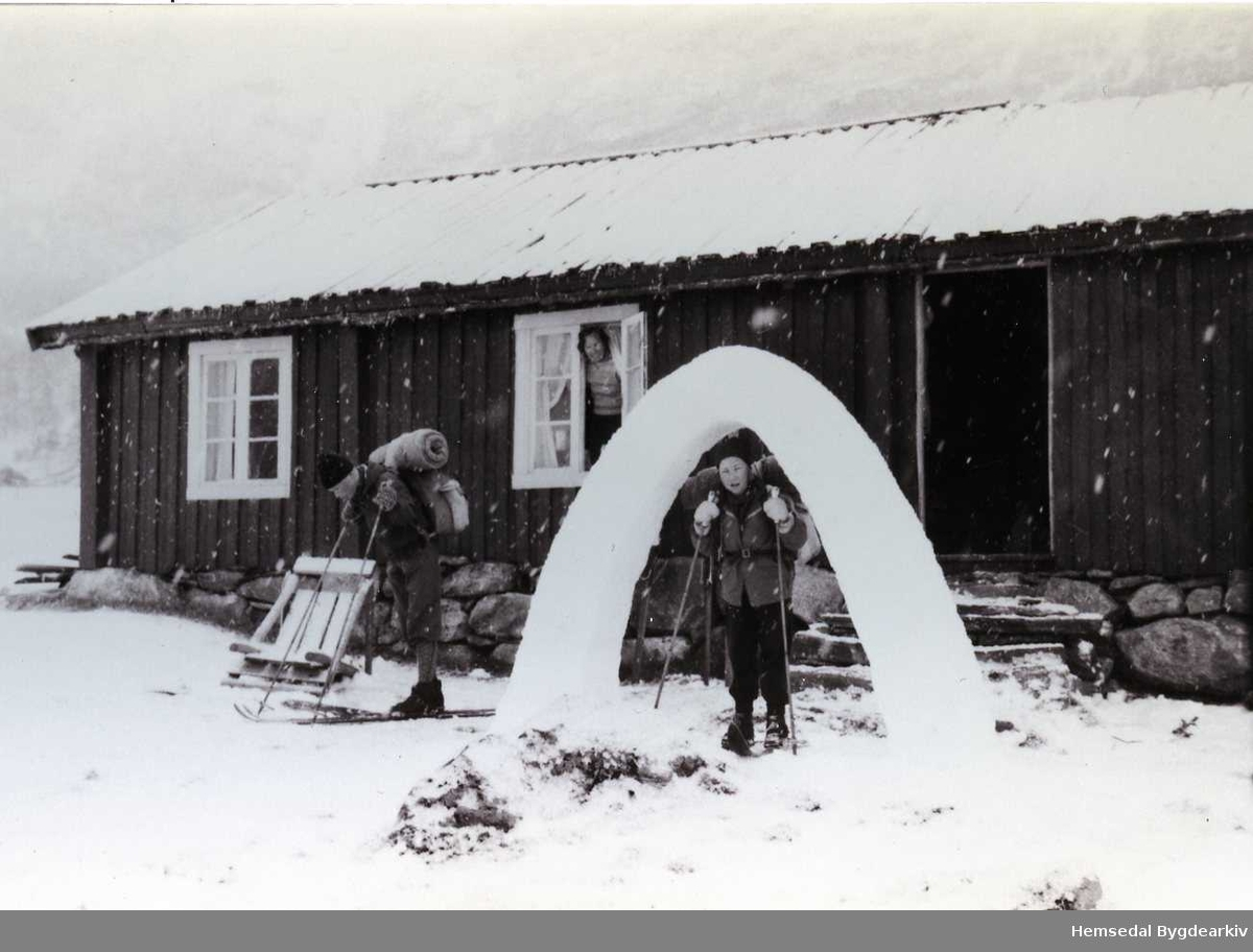 På Trøymstølen i Mørekvam , ca. 1960. Påsketuristar.