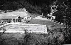 Stavkyrkjetomta i Hemsedal med steingard kring.  Garden Kyr