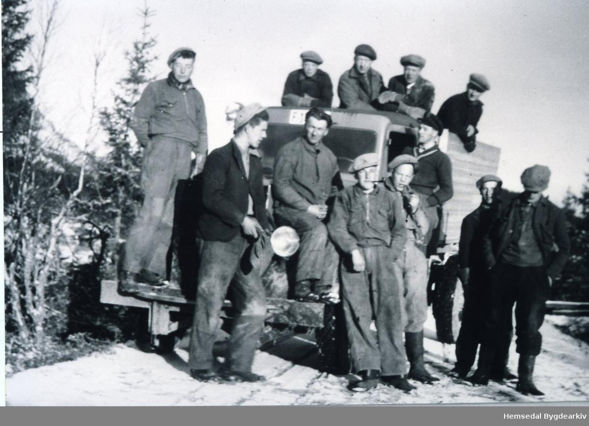 Ungdomshjelpa ved steinbrotet på Svøo ved Gampemyra. Olav E. Fekene med lastebilen