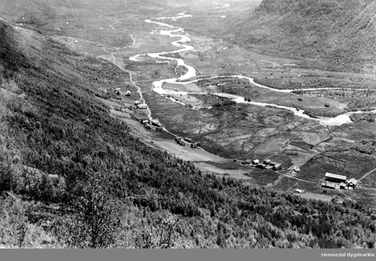 Utsyn frå Øygardsberget i Grøndalen i Hemsedal, Nordigarden, Grøndalen, 86.11 lengst til høgre. Biletet er truleg frå 1920-talet.