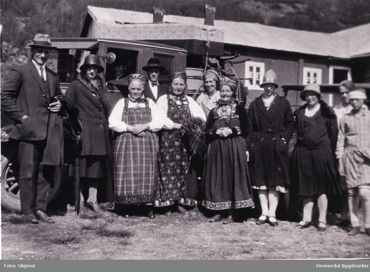 Heimkomevesla for Jørgine Hjelmen, gift Treverket. Frå venstre: Wilhelm Treverket; Jørgine Hjelmen; Ragnhild Hjelmen; Ukjend; Ragnhild Vente; Ukjend; Maria Hjelmen; Margit Heggestad, Lars Hjelmen, bak.