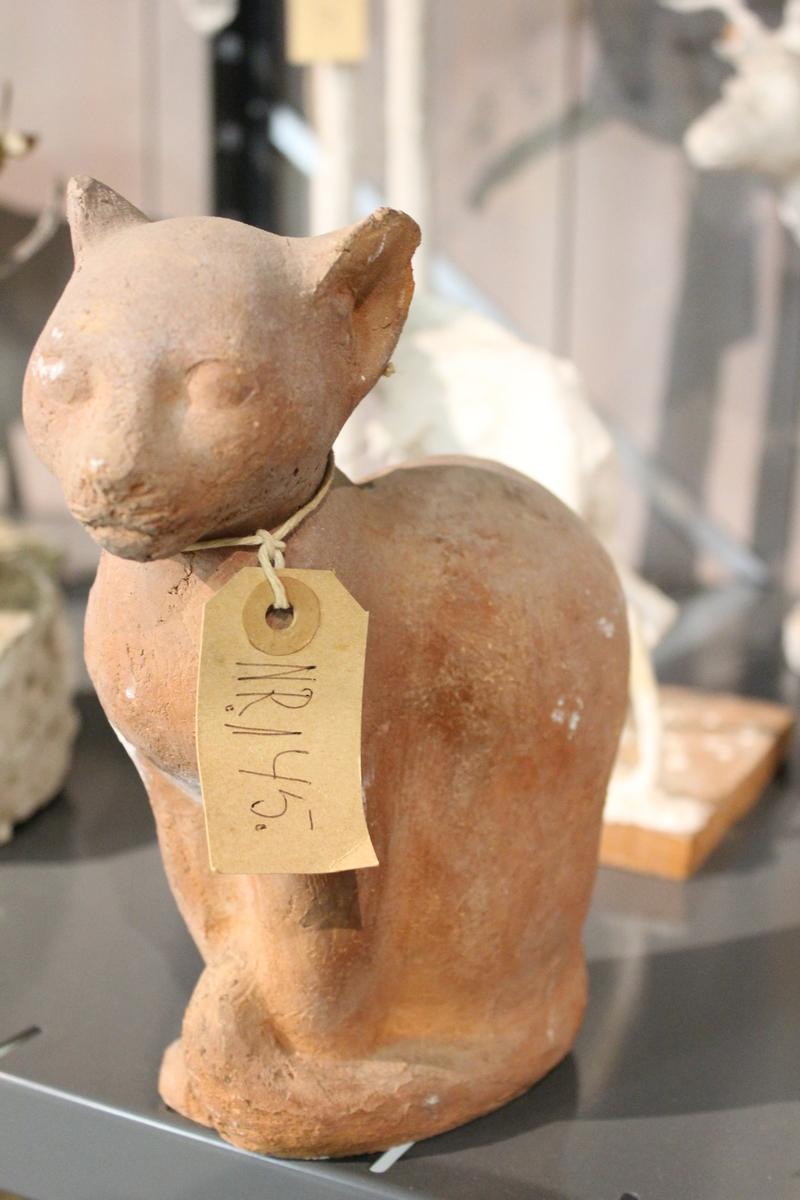 Skulptur av en katt laget i brent leire.