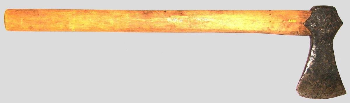 Liten vikingtidsøks med skaft. Vart  brukt som handøks. Om den var jordfunne, kunne det ikkje skaffes opplysninger om.