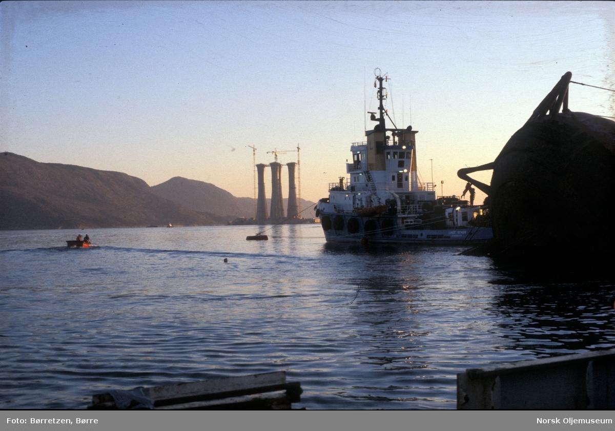 """Første forsøk på å snu Alexander L. Kielland. Så langt kom den. """"Lunde Senior"""" som ble brukt til dykkeoperasjoner og understellet til Statfjord B ses i bakgrunnen."""