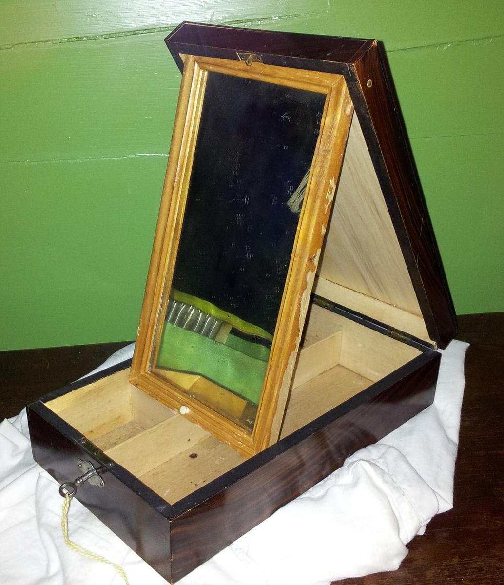 Form: Rektangulert skrin med spegel
