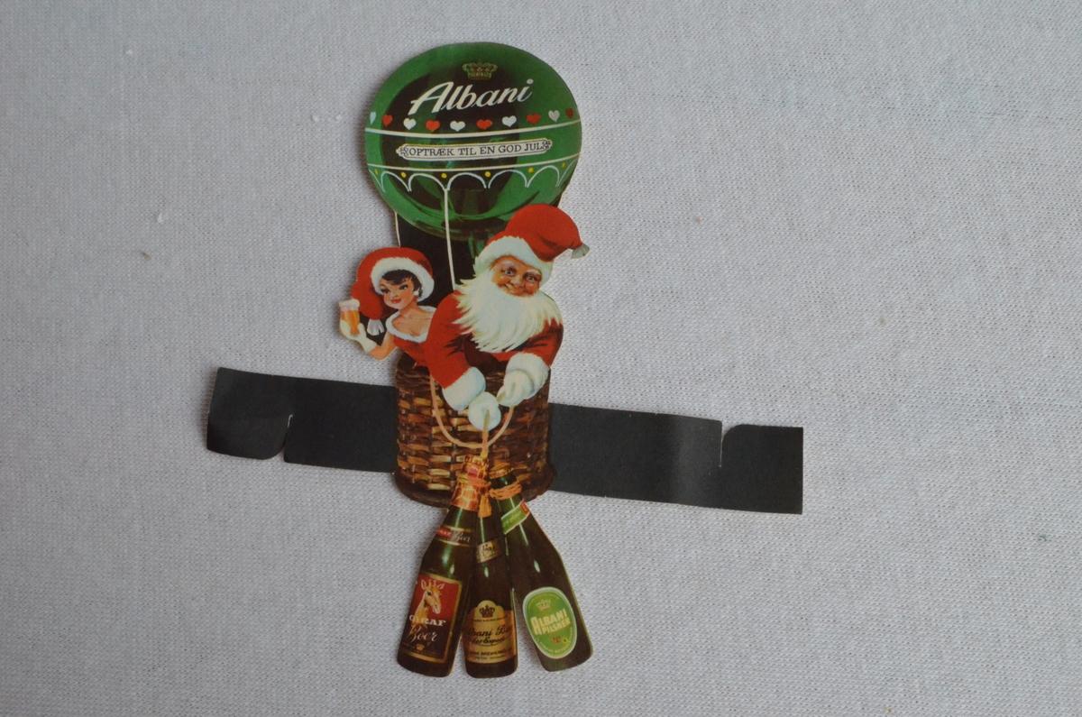 3 stk reklametrykk frå bryggeriet Albani med julemotiv i papir. Trykket ser ut til å kunne feste rundt noko f.eks ei flaske. Motivet er ein nisse og ei nissejente i ein luftballong. Nissejenta har eit glas med bryggeriets produkt i handa medan nissen held tre flasker i eit tau.