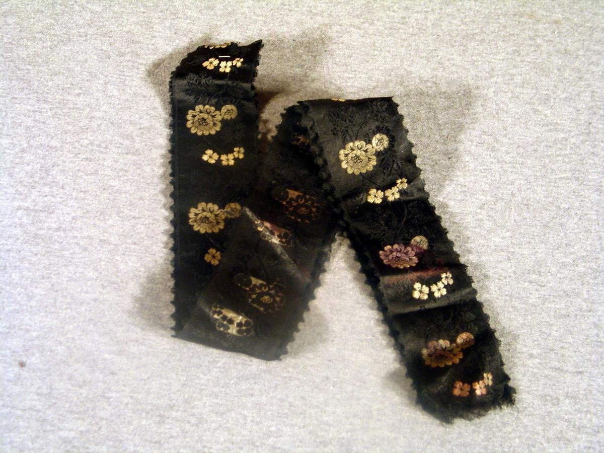 Svarte silkeband med brosjerte blomar kvitt og svart.  2 stk.