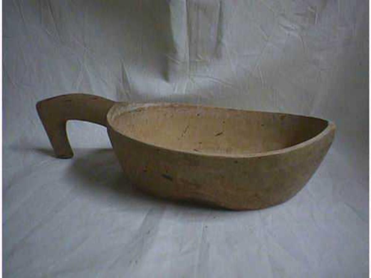 Form: oval,flat botn,skaft med krok