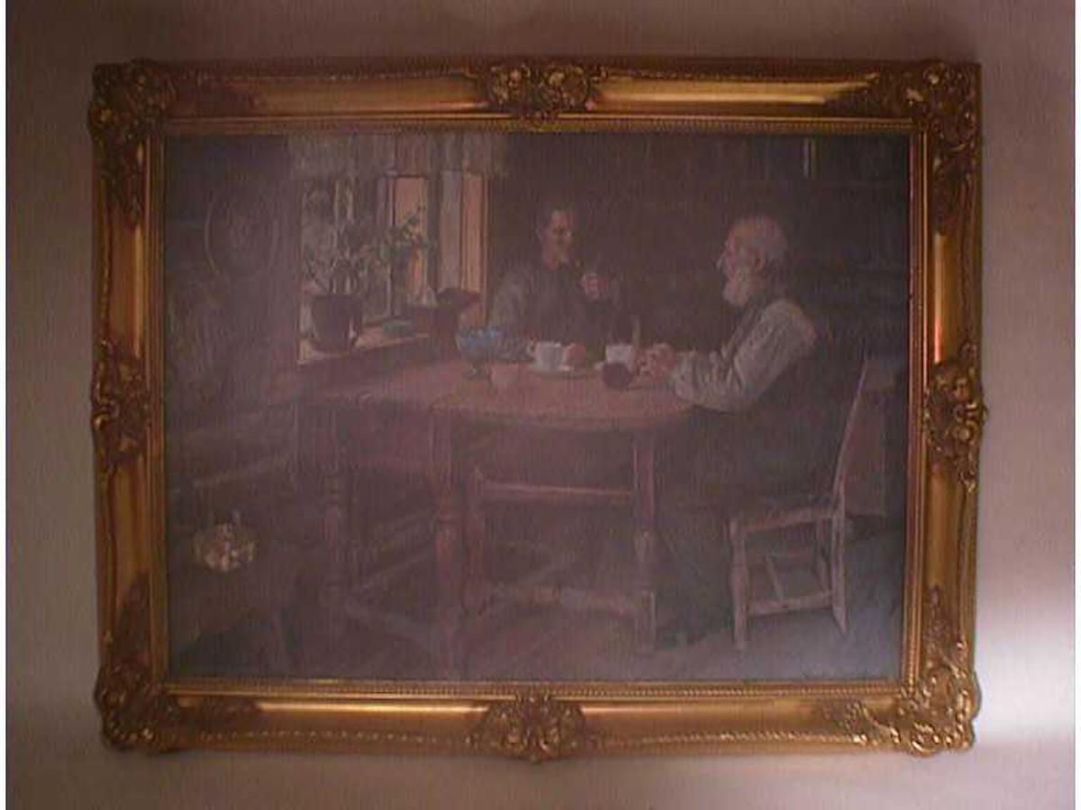 Interiør, to personar drikk kaffi og røykjer pipe ved eit bord
