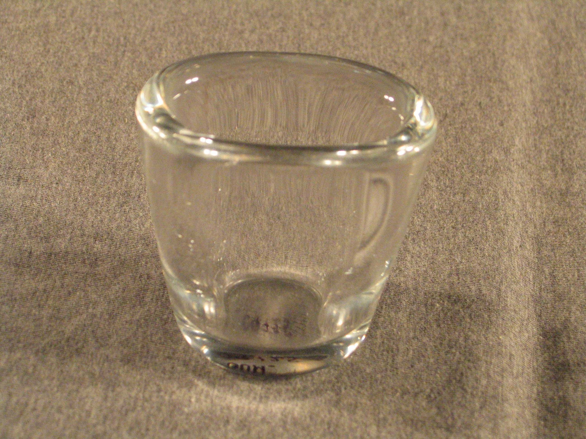 Låg glasvase med oval munning og tjukke vegger
