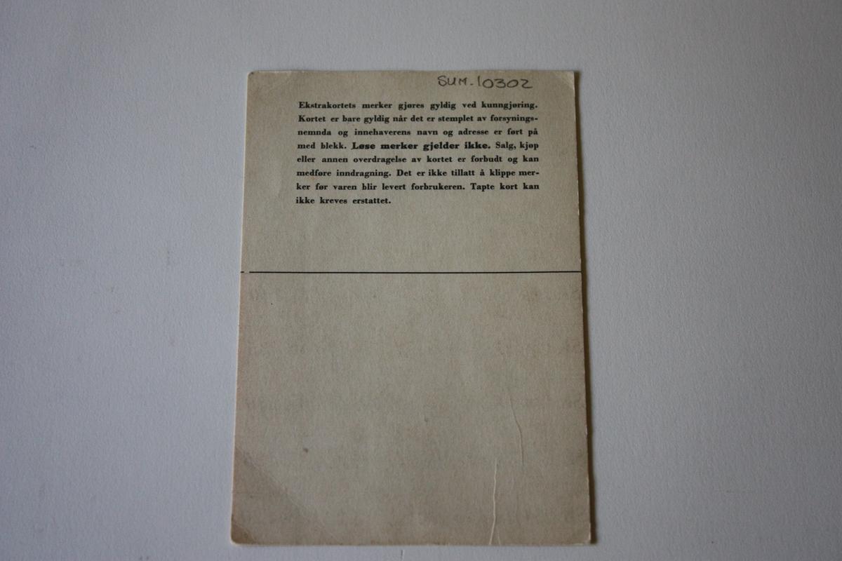 """Trykt """"Den Norske Løve/Forsynings- og Gjenreisningsdepartementet Direktoratet for Industriforsyning. STRØMPEKORT for kvinner over 14 år."""" Enkelkort,  er ikkje signert og ikkje brukt.        Namnefeltet er utfyllt med M. E. Fauske Naustdal. Det er angitt kor mange merke som trengst til ulike typar sko eller reparasjon; skinnsko m. lærsåle 5, skinnsko .m. gummisåle 3, tøfler 2, snøsokkar 3, kalosjer 2, turnsko og andre sko 2."""
