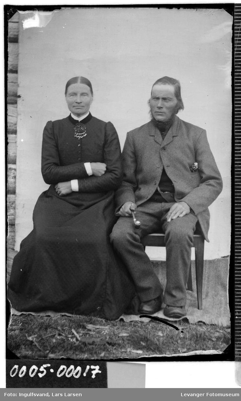Portrett av sittende mann og kvinne.
