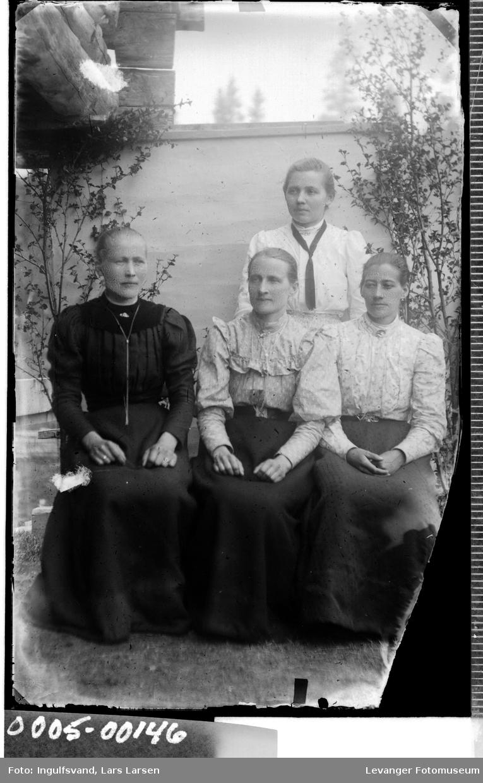 Gruppebilde av fire kvinner i helfigur.