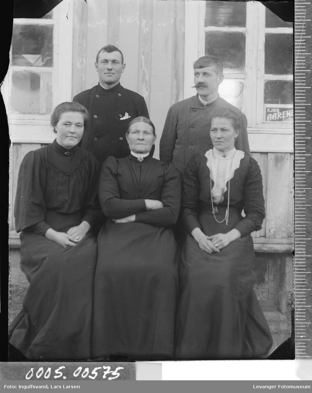 Gruppebilde av to menn og tre kvinner.