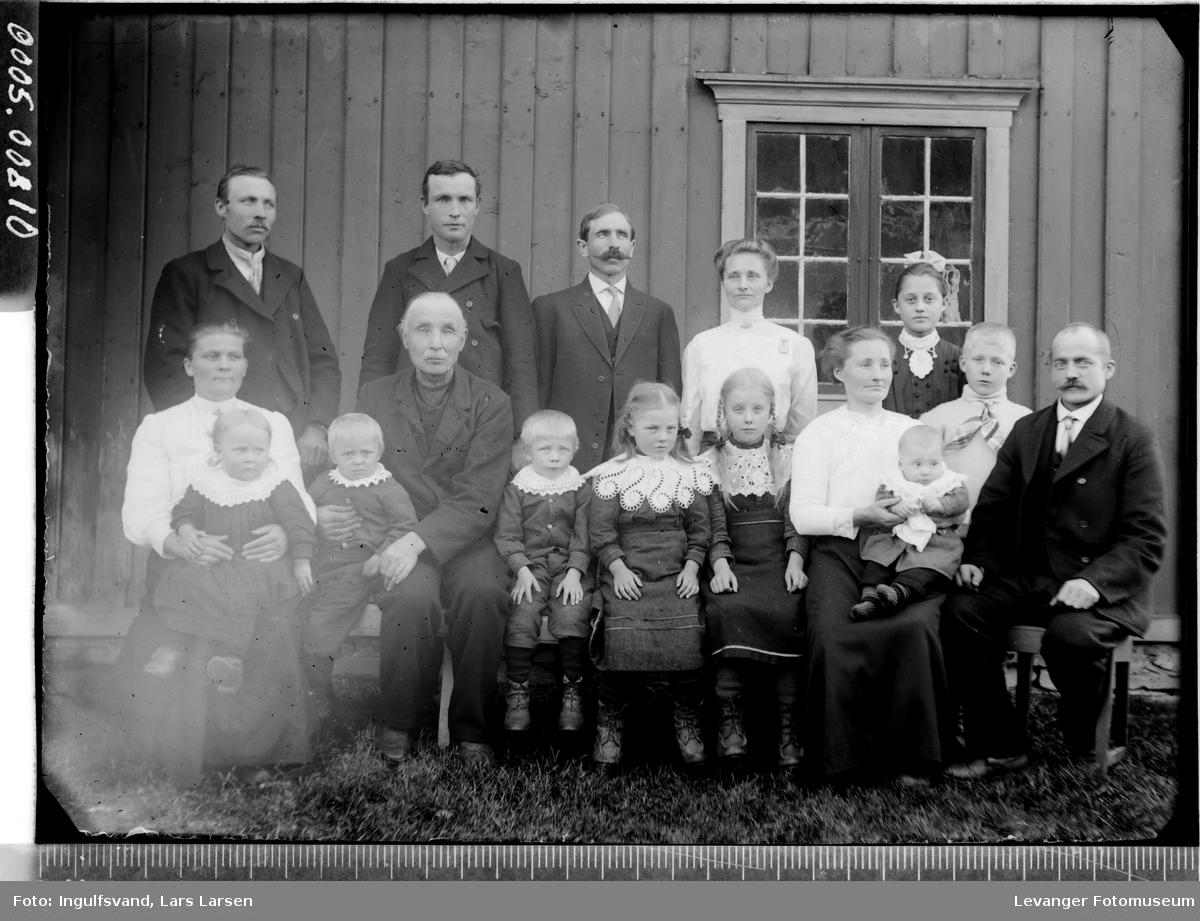 Gruppebilde av fem menn, tre kvinner og åtte barn.