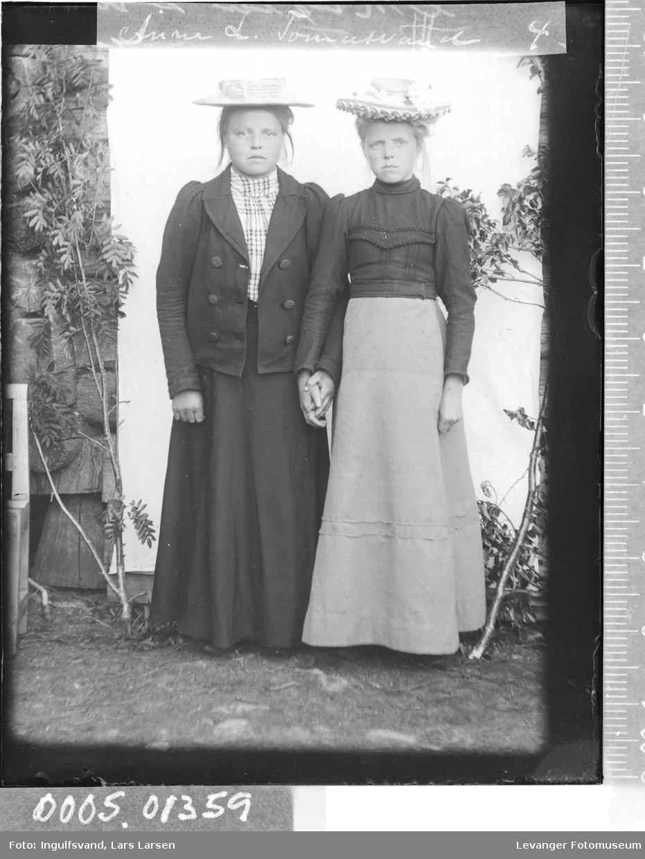 Portrett av to ung kvinner.