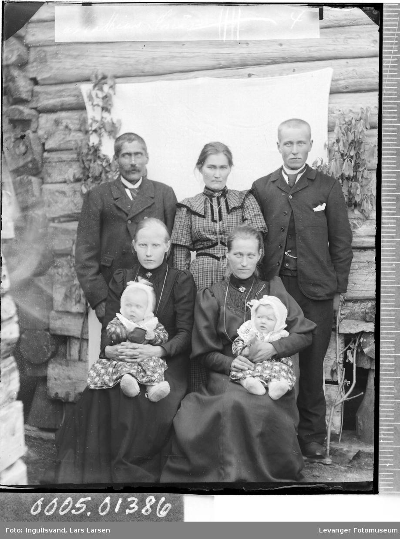 Gruppebilde av to menn, tre kvinner og to barn.